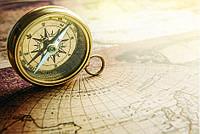 """Бесшовные фотообои """"Винтажный компас на карте мира"""" 435х300 см"""