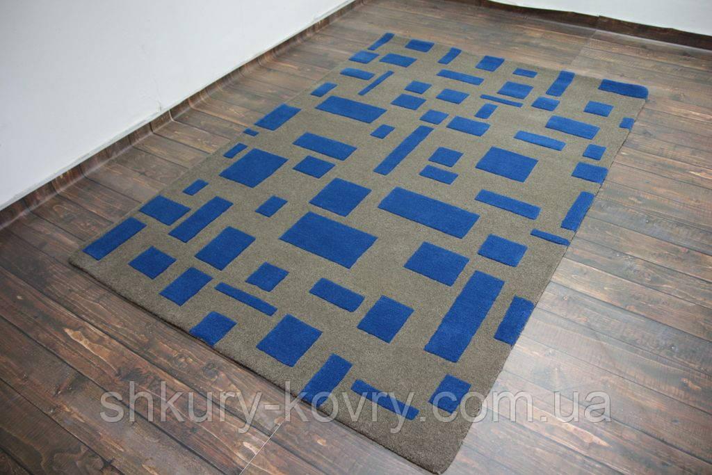 Необычный дизайнерский ковер абстракция синие прямоугольники на сером фоне