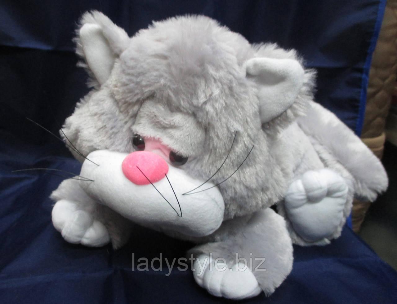 Мягкий серый котенок