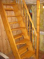 """Деревянная лестница """"Гусиные лапки""""."""