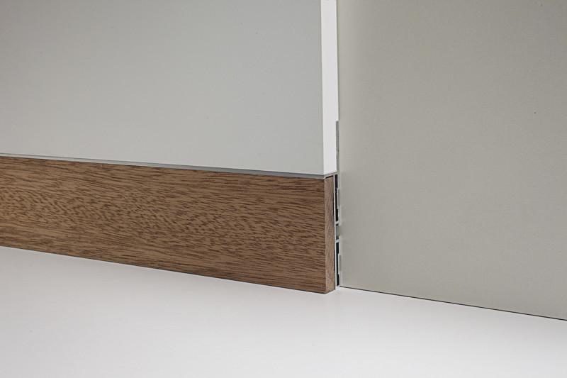 Алюминиевый плинтус Profilpas Metal Line 88/6 для крепления в уровень со стеной с деревянной вставкой Дуб