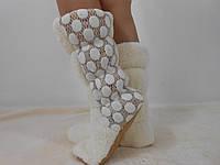 Стильные молочные с белыми гипюровыми вставками по бокам махровые яркие домашние женские сапожки. Арт-4831