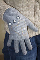 Вязаные перчатки с украшением