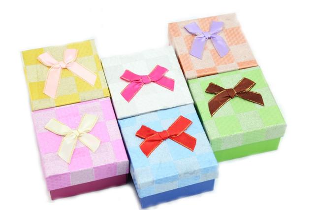 Подарочная коробка под бижутерию с выбитым узором цветов и бантиком