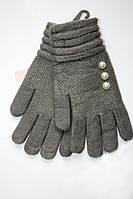 Серые перчатки украшены жемчугом