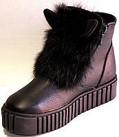 Женские зимние кожаные ботинки чёрного цвета с декором из меха и ушками с застёжками молния
