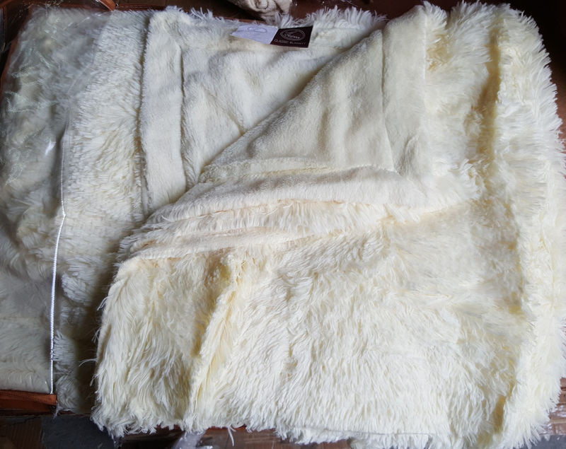 Меховое покрывало - плед с длинным ворсом белого цвета