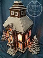 Большой пряничный дом со свечой и елками