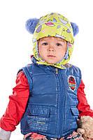 Детская шапка с синими помпонами
