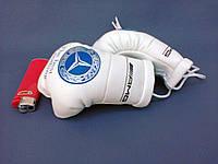Сувенирные боксерские перчатки в машину на стекло сувенир брелок  белые Mersedes