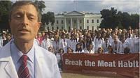 100 врачей вышли к Белому дому с призывом отказаться от мяса