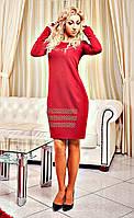 Женское платье украшено стразами