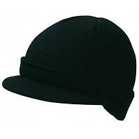 Черная вязаная шапка с козырьком