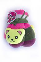 Вязаные детские варежки с красивой мягкой игрушкой на резинке