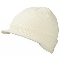 Белая вязаная шапка с козырьком