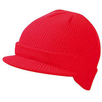 Красная вязаная шапка с козырьком