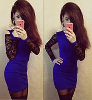 Трикотажное платье с гипюровым рукавом и вырезом на плечах синее