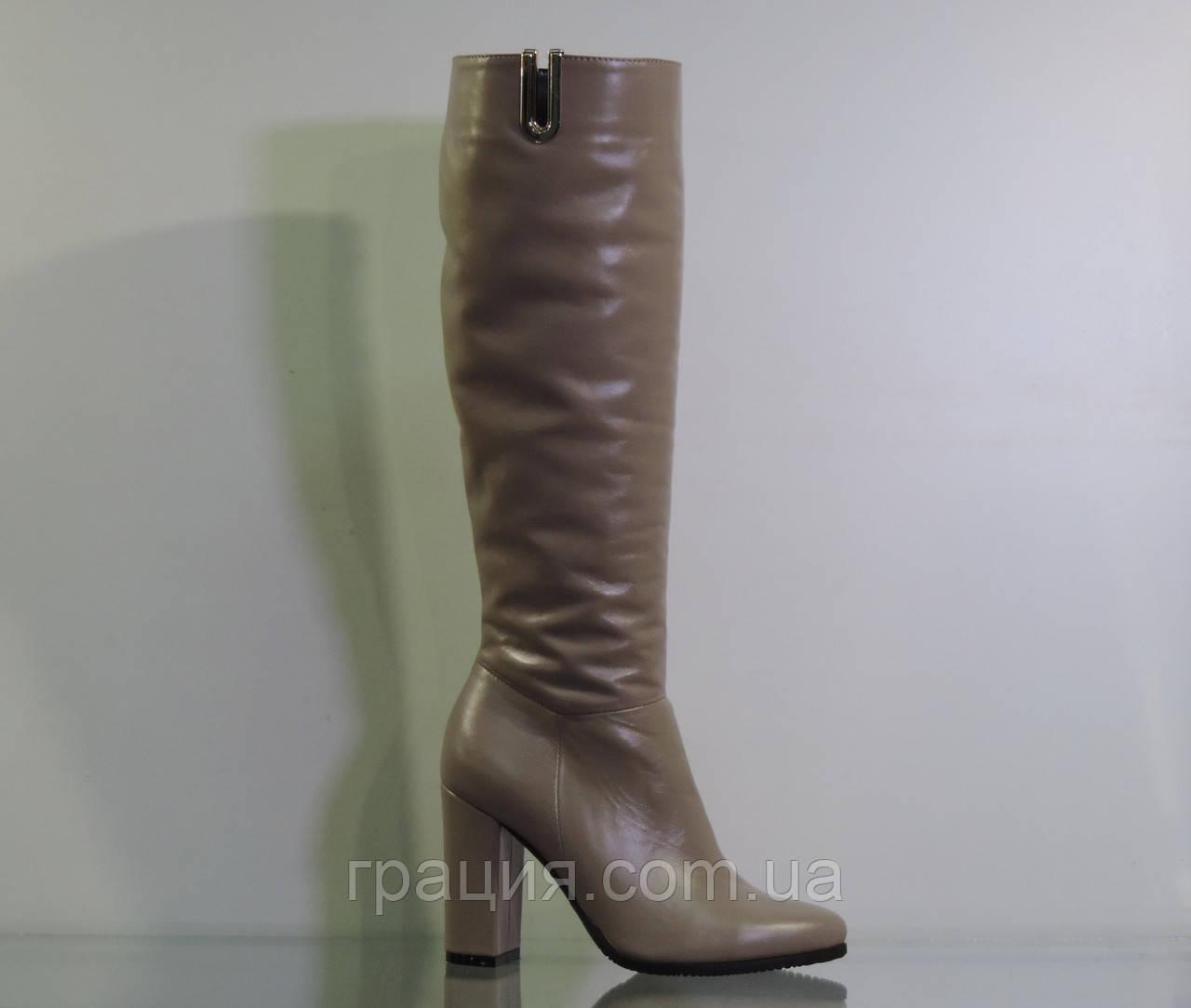 Бежеві шкіряні зимові чобітки на високих підборах