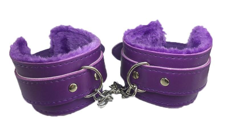Фиолетовые кожаные БДСМ наручники с мехом для ролевых садо-мазо игр