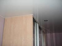 Натяжной потолок и шкаф купе.
