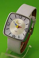 """Женские наручные часы с серебряным корпусом и белым ремешком """"Оригами"""""""
