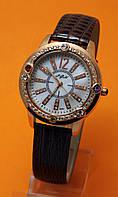 """Женские наручные часы с золотым корпусом, стразами  и коричневым кожаным ремешком """"Сурике"""""""
