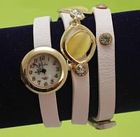 """Женские наручные часы-браслет на кожаном ремешке с заклепками и подвесками """"Киама"""", белые"""
