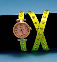"""Женские наручные часы-браслет на кожаном ремешке с заклепками """"Тевенард"""", желтые с золотым"""