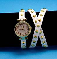 """Женские наручные часы-браслет на кожаном ремешке с заклепками """"Бомадерри"""", белые с золотым"""