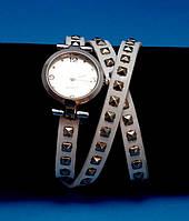 """Женские наручные часы-браслет на кожаном ремешке с заклепками """"Бордертаун"""", белые с серебряным"""