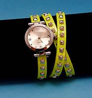 """Женские наручные часы-браслет на кожаном ремешке с заклепками """"Наракурт"""", желтые с серебряным"""