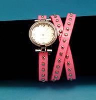 """Женские наручные часы-браслет на кожаном ремешке с круглыми заклепками """"Теннисон"""", розовые с серебряным"""