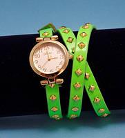 """Женские наручные часы-браслет на кожаном ремешке с заклепками """"Тинамба"""", салатовые с золотым"""