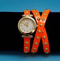 """Женские наручные часы-браслет на кожаном ремешке с заклепками """"Нилма"""", оранжевые с золотым"""
