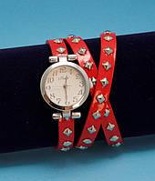 """Женские наручные часы-браслет на кожаном ремешке с заклепками """"Карионг"""", красные с серебром"""