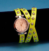 """Женские наручные часы-браслет на кожаном ремешке с заклепками """"Карнарвон"""", желтые с золотым"""