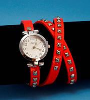 """Женские наручные часы-браслет на кожаном ремешке с заклепками """"Карпентария"""", красные с серебром"""