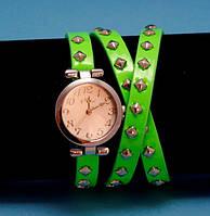 """Женские наручные часы-браслет на кожаном ремешке с заклепками """"Нитмилук"""", салатовые с серебром"""
