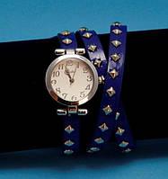 """Женские наручные часы-браслет на кожаном ремешке с заклепками """"Бридпорт"""", синие с серебром"""