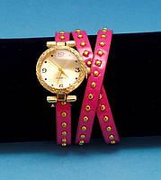 """Женские наручные часы-браслет на кожаном ремешке с круглыми заклепками """"Квама"""", розовые с золотым"""