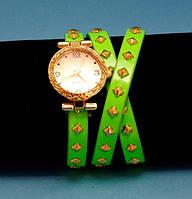 """Женские наручные часы-браслет на кожаном ремешке с заклепками """"Броули"""", салатовые с золотым"""