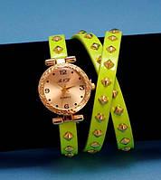 """Женские наручные часы-браслет на кожаном ремешке с заклепками """"Тувумба"""", желтые с золотым"""