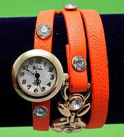 """Женские наручные часы-браслет на кожаном ремешке с крупными стразами """"Васи"""", оранжевые"""