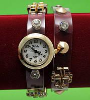 Женские наручные часы-браслет на кожаном ремешке с крупными стразами и заклепками, коричневые