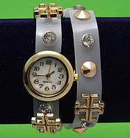 Женские наручные часы-браслет на кожаном ремешке с крупными стразами и заклепками, серые
