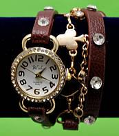 Женские наручные часы-браслет на кожаном ремешке с крупными стразами и цепочками, коричневые