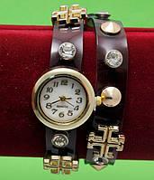 Женские наручные часы-браслет на кожаном ремешке с крупными стразами и заклепками, темно-коричневые
