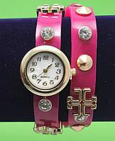 Женские наручные часы-браслет на кожаном ремешке с крупными стразами и заклепками, розовые