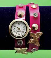 Женские наручные часы-браслет на кожаном ремешке с крупными стразами и заклепками, фуксия