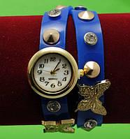 Женские наручные часы-браслет на кожаном ремешке с крупными стразами и заклепками, синие